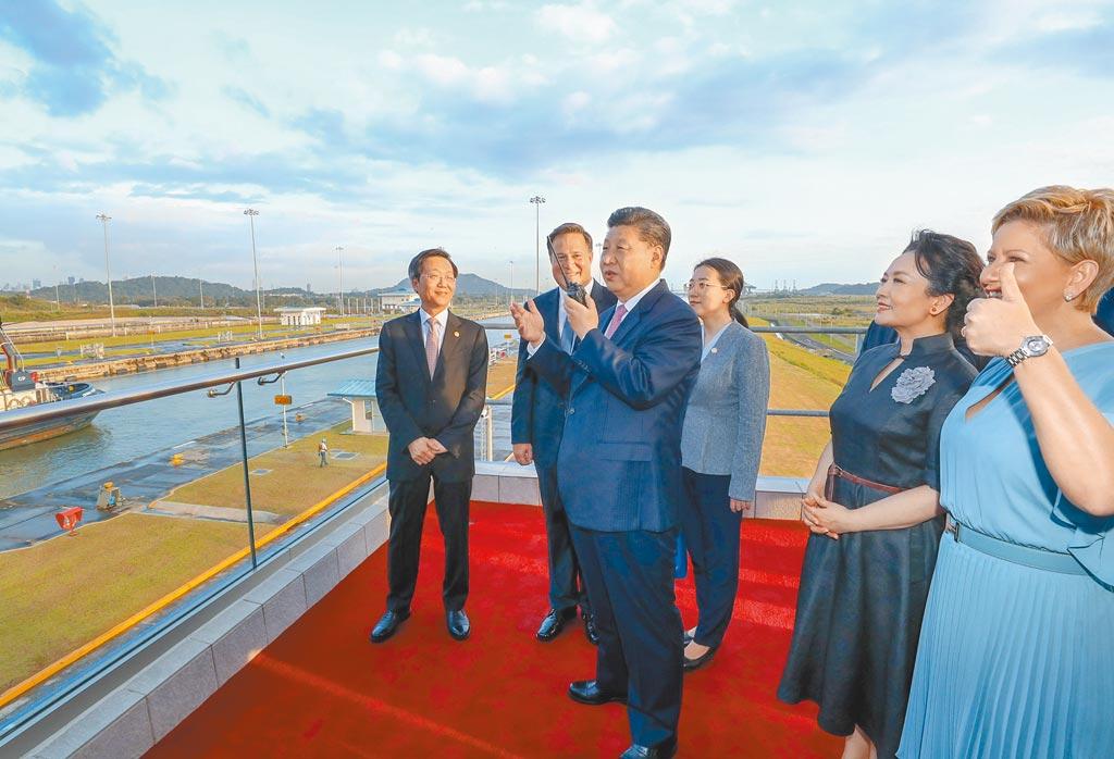 中國與巴拿馬建交後,讓中國勢力進一步進入巴拿馬運河。圖為2018年大陸國家主席習近平與夫人彭麗媛參觀巴拿馬運河新船閘 。(新華社)
