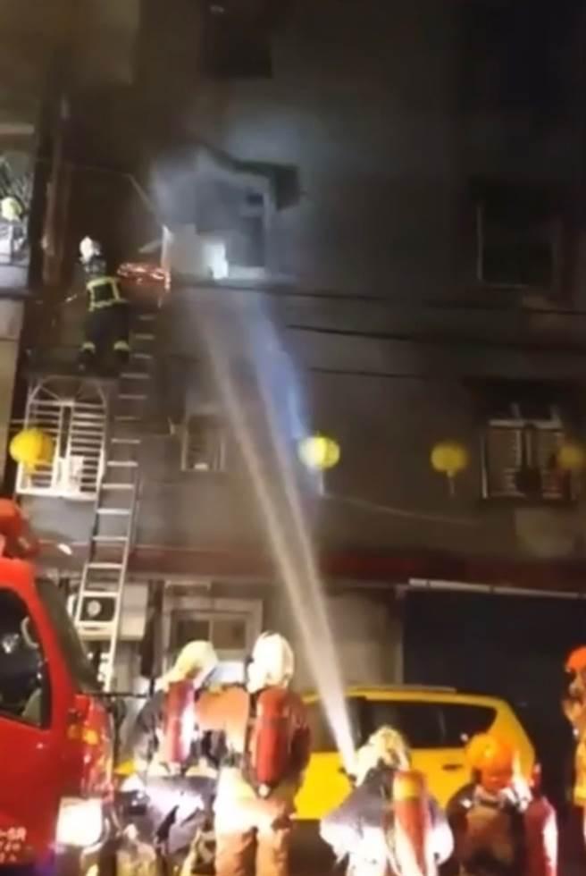 新北市中和今晨四時傳火警,一家三口一危二受傷。(圖/葉書宏翻攝自畫面)