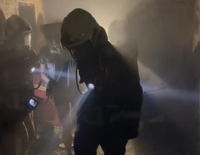 消房員進入屋內救火。(圖/葉書宏翻攝)