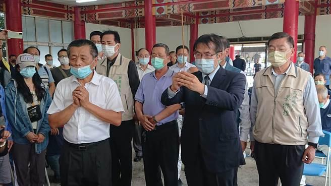 台南市長黃偉哲(黑西裝者)前往殯儀館向蔡女上香。(程炳璋攝)