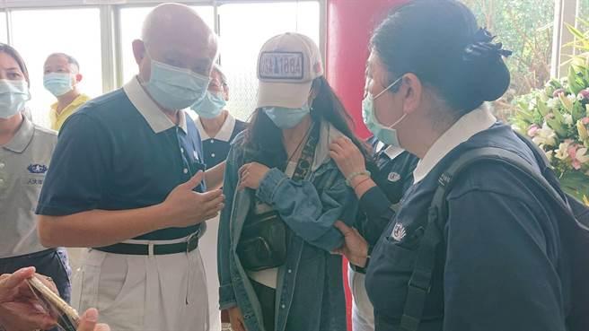 蔡女母親一路陪伴女兒遺體運回台南市立殯儀館,不時悲傷哭泣。(程炳璋攝)