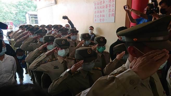 蔡女遺體下車時,台南憲兵隊同袍列隊致敬。(程炳璋攝)