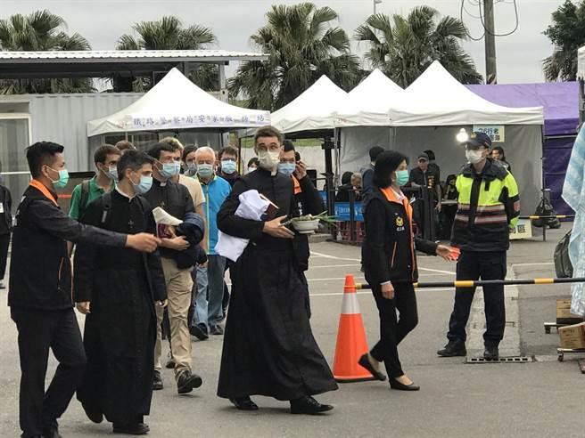 法國在台協會安排11位牧師至花蓮市立殯儀館為罹難者祝壽。(陳彩玲攝)