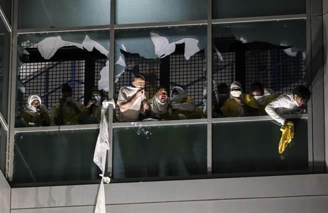 美國聖路易市監獄囚犯暴動,他們打破窗戶向外呼喊。(圖/美聯社)