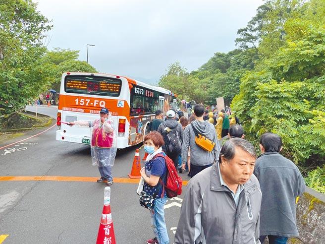 北市掃墓公車5條路線昨疏運人次達到9.2萬人次,創下今年單日最高。(游念育攝)