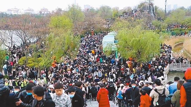 清明小長假,中國大陸各地景點出遊人數爆棚,河南開封清明上河園湧入數萬人,園區內堵得水泄不通。(摘自網路)