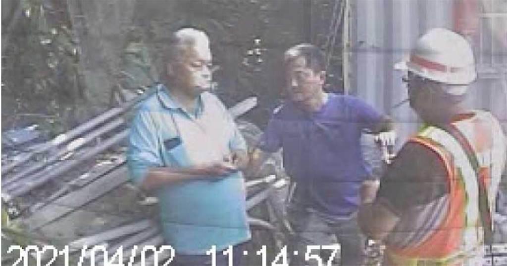 根據檢警找到的最新畫面,肇事司機李義祥在事故發生的第一時間不僅沒有報警或協助救援,反而是在邊坡工寮與他人聊天、吃檳榔。(圖/翻攝畫面)