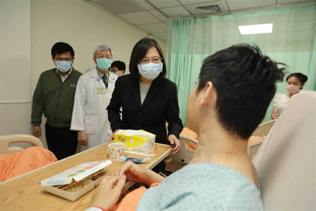 蔡英文總統在事發後,3日到醫院慰問傷者。(資料照/總統府提供)