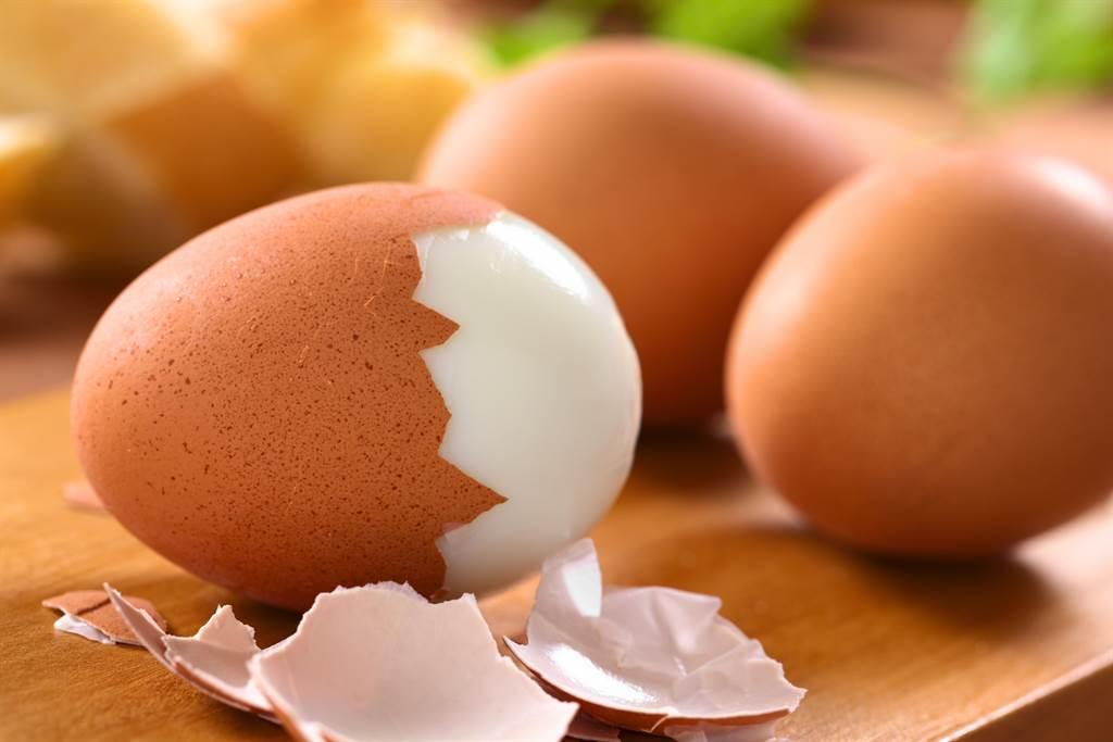 泰國一名網紅日前在吃水煮蛋時,剝到一顆滿是血色的雞蛋,嚇得他立刻拍照上網求助。(示意圖/達志影像)