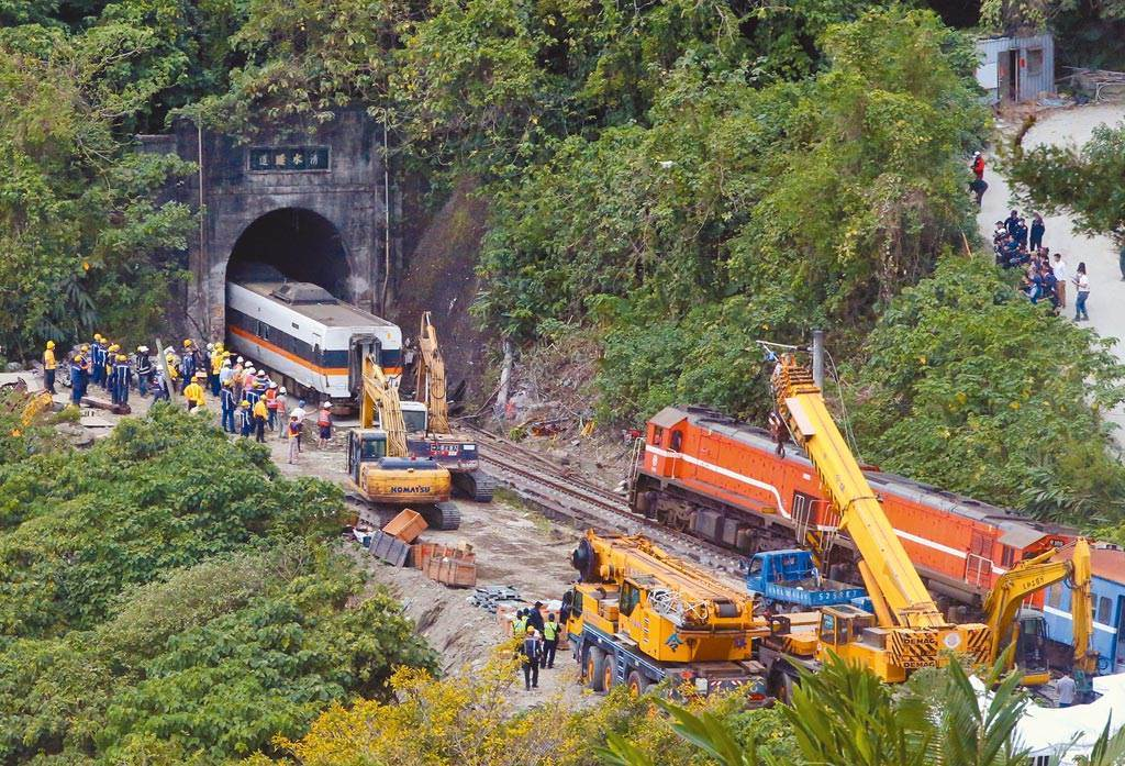 台鐵408次太魯閣號列車2日撞上滑落到軌道上的工程車,造成重大傷亡。(資料照/趙雙傑攝)