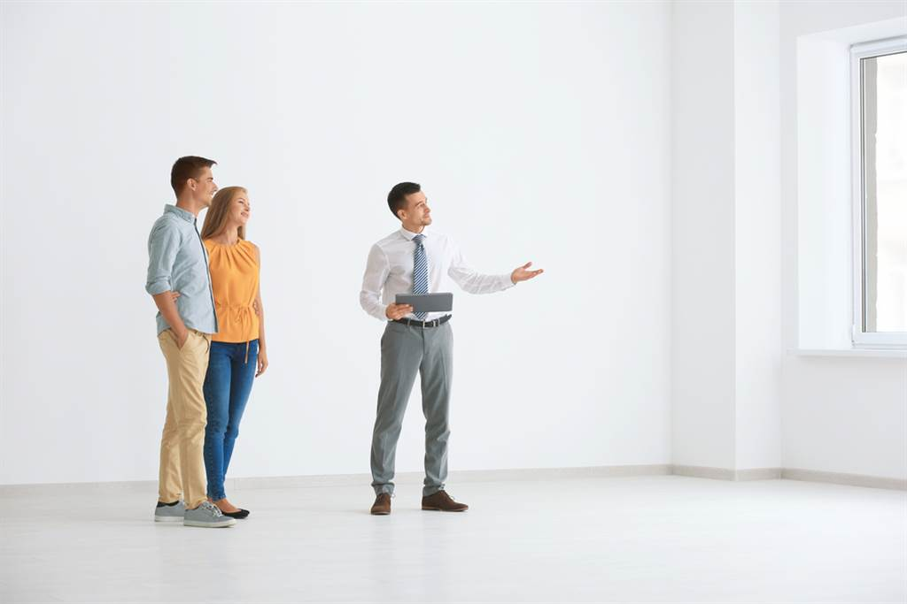 從風水角度來看,如果一個房子缺乏人氣、煞氣過重、採光不佳、太過破舊、手機訊號差,千萬不能租。(示意圖/shutterstock)