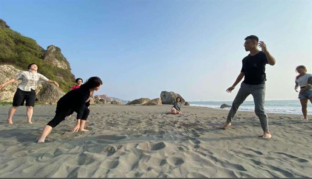 在地藝術家帶領中山大學生到柴山海邊聽海、踩沙、踏浪,用聽覺、觸覺與自然對話。(國立中山大學提供/袁庭堯高雄傳真)