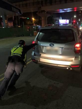 「浩克」警排除故障車 單臂推車解除壅塞獲好評