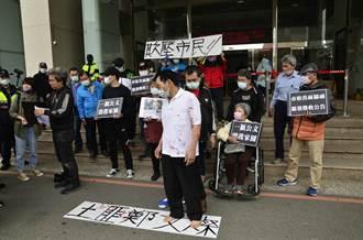 抗議捷運開發徵收 男子2度自殘血濺桃市府門口