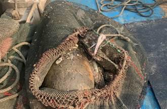 高雄蚵仔寮漁民撈到未爆彈 軍方:廢棄魚雷彈頭