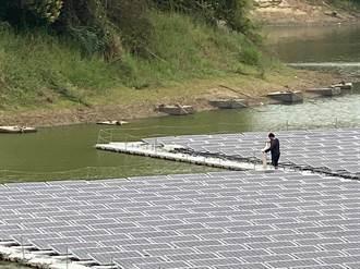 虎頭崁埤風景區亂象多 民眾站太陽能板上捕魚、步道破損嚴重
