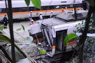 死傷最慘重的第8節車廂支離破碎成廢鐵 午夜試圖拖出清空