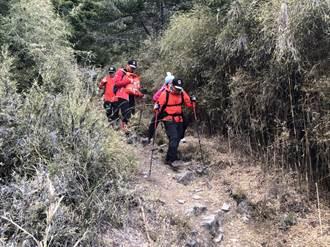 池有山登山客跌倒無法行走 搜救員揹下山