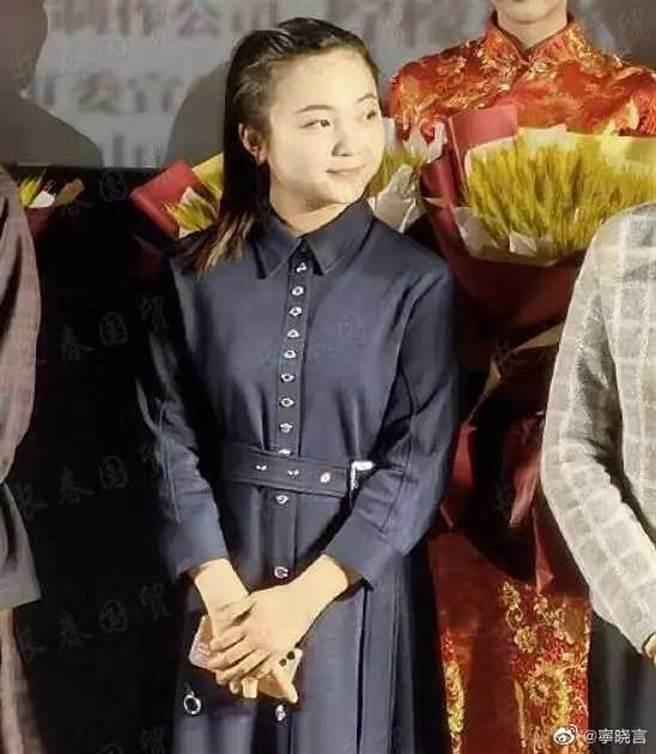 陸網瘋傳林妙可近日出席活動的照片,吐槽她老氣。(圖/翻攝自微博)