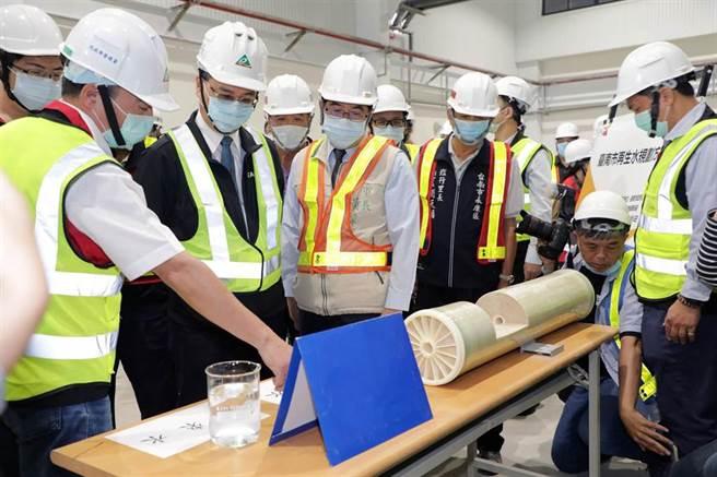 內政部長徐國勇視察每天生產2500噸再生水、全台首座專供高科技廠的台南永康水資源回收中心。(洪榮志攝)