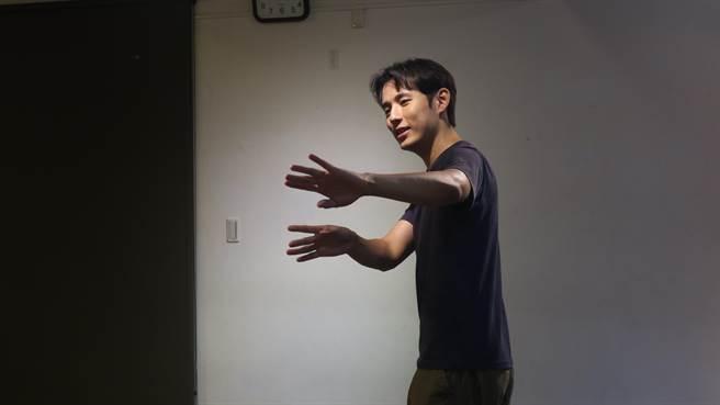 徐鈞浩回《植劇場2》上課勤練身段。(拙八郎提供)