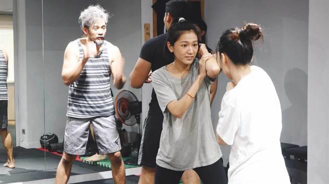 林意箴回《植劇場2》訓練,專心練習防身術。(拙八郎提供)