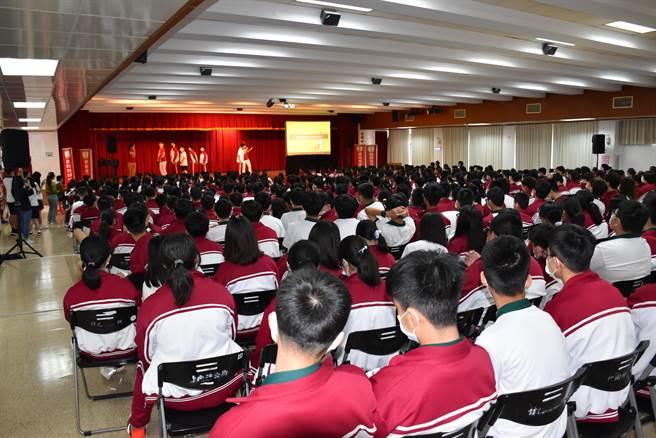 竹南君毅中學6日上午在竹南鎮公所3樓禮堂與空中英語教室中外老師相見歡。(謝明俊攝)