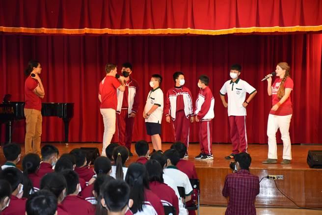 空中英語教室外籍老師6日專程由台北南下竹南,帶領君毅中學6百名學生快樂學英文。(謝明俊攝)