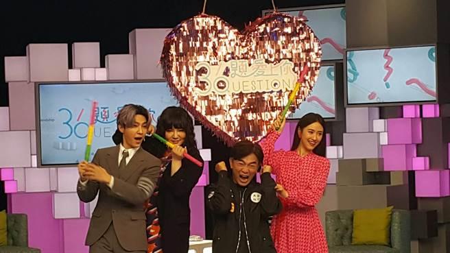 炎亞綸(左起)、唐綺陽、吳宗憲、Sandy開心同框。(吳維書攝)