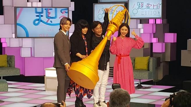 炎亞綸(左起)、唐綺陽、吳宗憲、Sandy拿著大型獎盃。(吳維書攝)