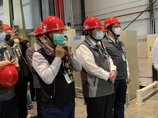 桃園市長鄭文燦6日下午前往裕利醫藥物流中心參觀。(姜霏攝)