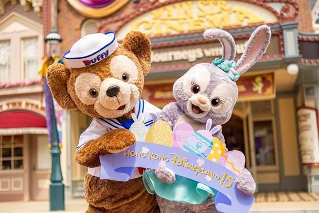 Duffy與好友將隨時現身美國小鎮大街,手拿復活節小裝飾,擺出最萌姿勢與賓客自拍。(圖/香港迪士尼樂園提供)