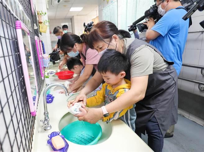 盧秀燕等人實地了解學員打掃環境、清潔烘焙工場、清洗食材備菜及盥洗用水情形。(陳世宗攝)