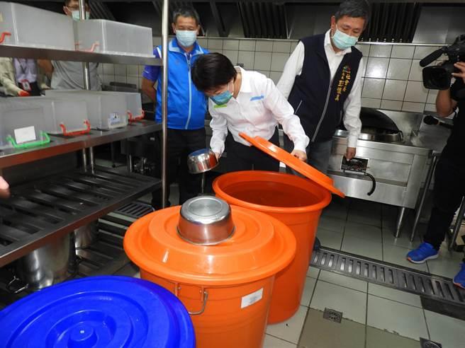 台中市長盧秀燕今天特到大型社福機構「台中愛心家園」,了解節水及應變措施,關心身障學員用水儲水狀況。(陳世宗攝)
