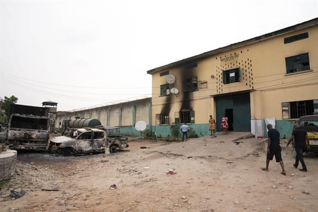 奈及利亞一座監獄遭武裝份子攻陷,其中關押的1800多名囚犯逃脫,是西非史上最大規模的集體越獄事件。(圖/美聯社)