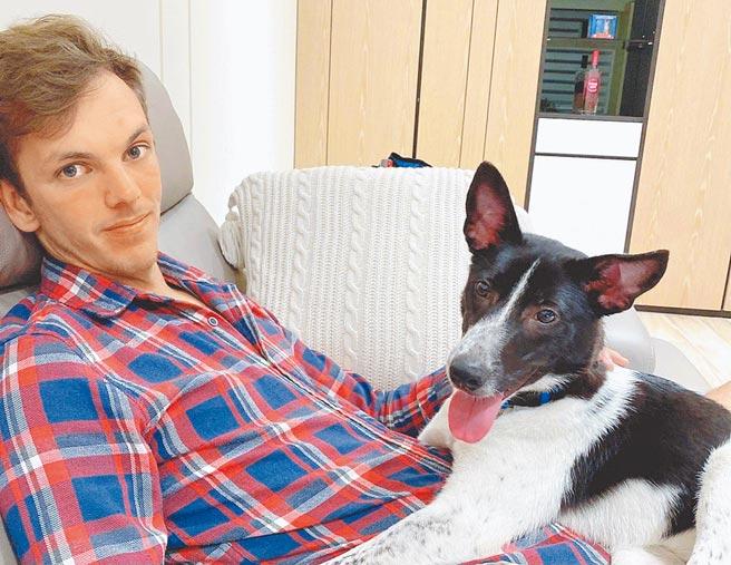 澳洲籍布萊恩在高雄工作,日前主動致電新北市八里動物之家要認養名為「黑白切」的米克斯犬。(新北市動保處提供/葉書宏新北傳真)