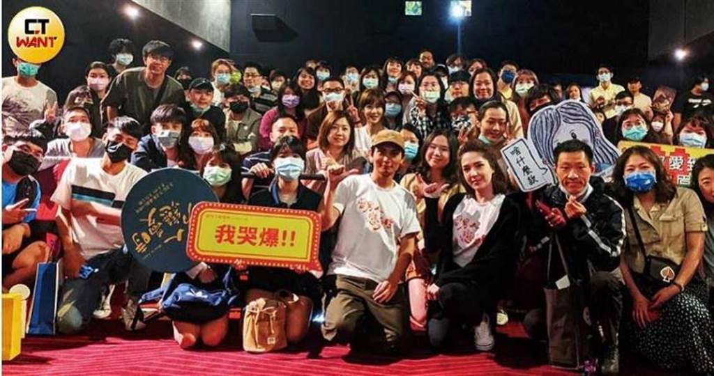 《當男人戀愛時》導演殷振豪也跟許瑋甯,利用清明連假勤跑戲院,期待衝出好票房。(圖/本刊攝影組)