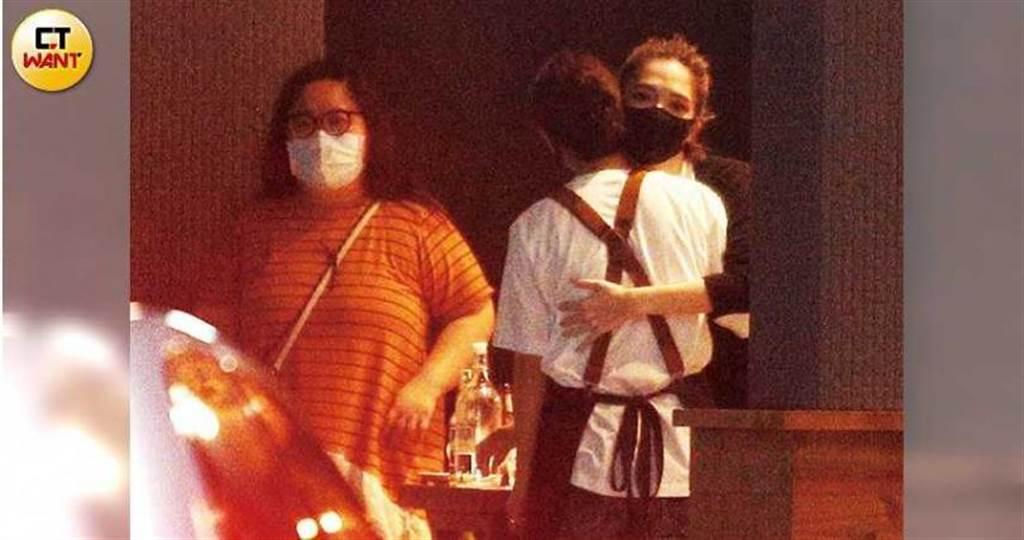 用完餐後,許瑋甯與餐廳工作人員擁抱道別。(圖/本刊攝影組)