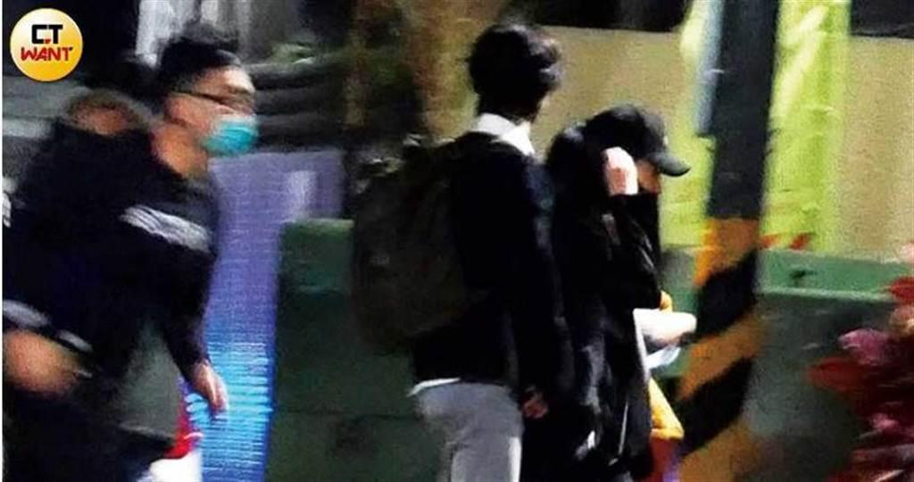 許瑋甯與黃河(中)結束直播工作後,一起步行到餐廳吃飯。(圖/本刊攝影組)