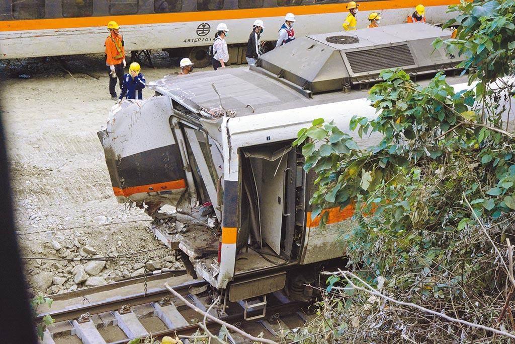 台鐵太魯閣號事故列車,嚴重破損的第7節車廂6日下午拖出隧道,第8節車廂幾乎成廢鐵,工程人員還在想辦法拖出。(王志偉攝)