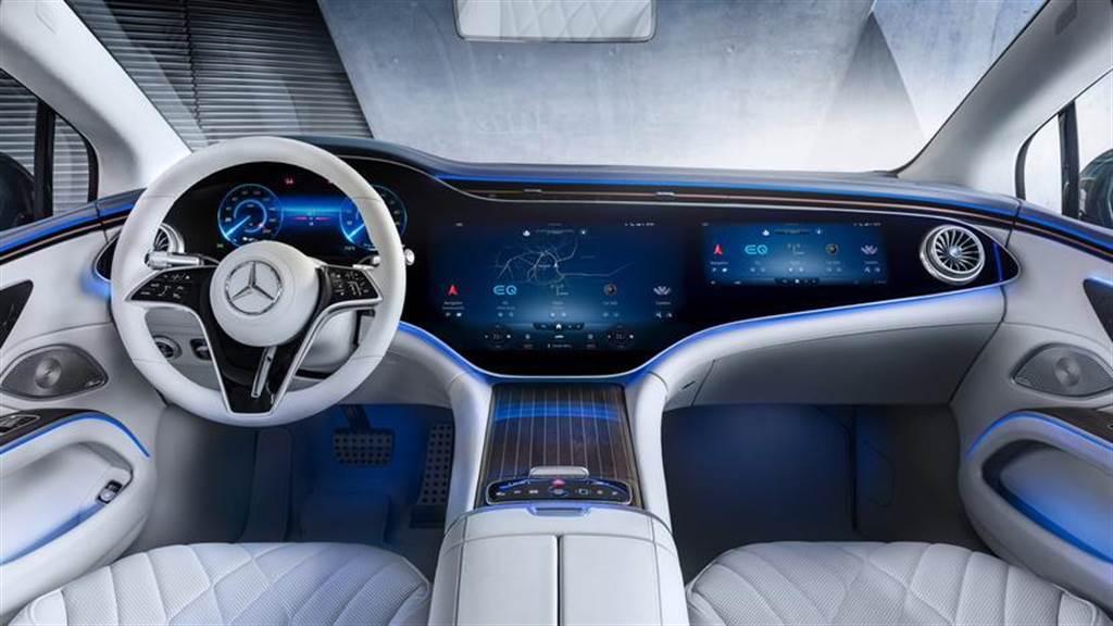 賓士展示「一般」版的 EQS 內裝,由 12.3 吋數位儀表板 + 12.8 吋中控螢幕組成