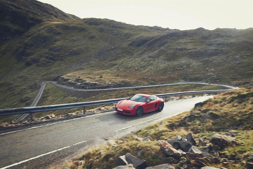 718 T搭載Porsche主動式懸載調整系統(PASM)運動底盤,車身降低20mm,輔以20吋高亮澤鈦灰色鋁合金輪圈。