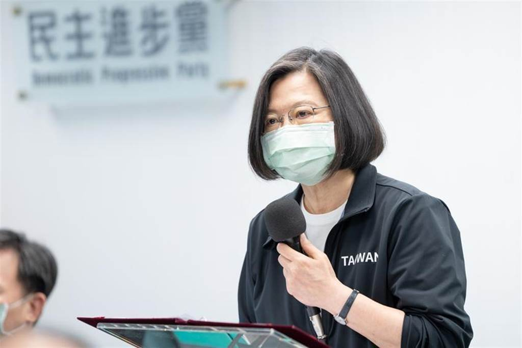 總統兼民進黨主席蔡英文,7日出席民進黨中常會,為台鐵太魯閣號意外默哀。(圖/民進黨提供)