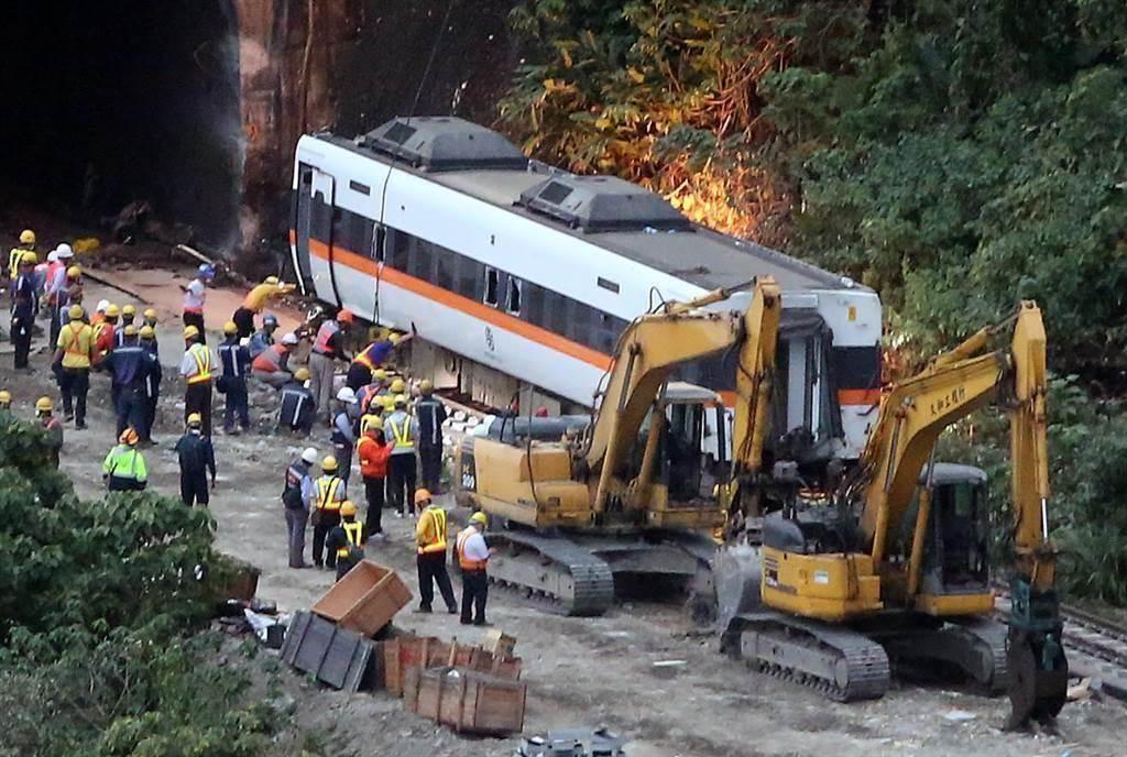 台鐵太魯閣號2日在花蓮撞上工程車出軌造成重大傷亡意外。圖為救難人員將太魯閣號第四節車廂拉出的畫面。(資料照/趙雙傑攝)
