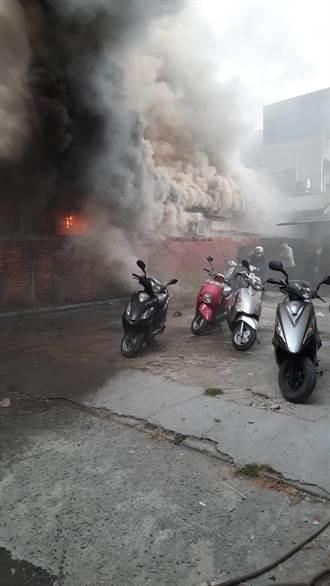 台南木造平房失火 鄰近日租停車場急搬30多部機車