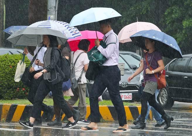 2波鋒面接力襲台,明起到周六變天,北台灣大雨下3天。(示意圖  資料照 劉宗龍攝)
