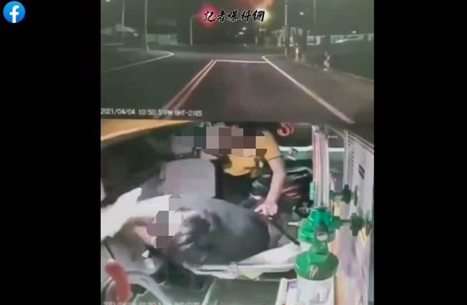 年輕男子搭救護車暴打醫護頭部12拳,畫面讓網友爆氣。(圖/翻攝自記者爆料網)