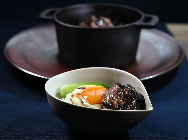 〈伊比例豬. 越光米. 蜂蜜〉創作靈感來自香港碟頭飯〈叉燒煎蛋飯〉,因食材用料高級故可稱「奢華版黯然銷魂飯」。(圖/姚舜)