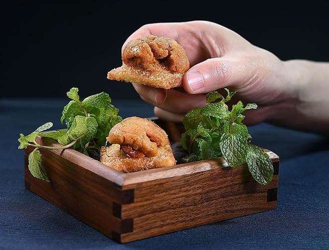 〈T+T〉新主廚Kei演繹的〈海膽.花生. 西多士〉,創作靈感來自於港式的西多士,麵包裡面包裹了花生醬後酥炸,上方搭配日本進口的赤海膽。(圖/姚舜)