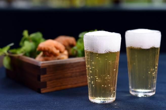 〈茶蜜〉是香港茶餐廳菜單上必備飲品,〈T+T〉新任港籍主廚Kei用水田芥和蜜棗調製〈茶蜜〉,讓客人搭配〈海膽.花生. 西多士〉。(圖/姚舜)